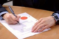 подписание документа коммерсантки Стоковая Фотография RF