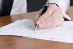 подписание документа Стоковые Изображения RF