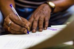 Подписание на важной бумаге руки заверителя регистрации замужества стоковые фото