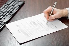 подписание подряда бизнесмена стоковые фотографии rf