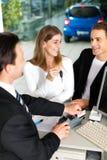 подписание сбываний торговца пар подряда автомобиля Стоковая Фотография