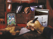 подписание человека отдела проводки чеков домашнее Стоковое фото RF
