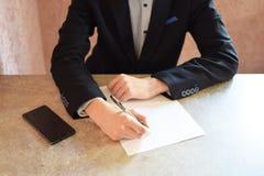 подписание человека подряда стоковое фото rf