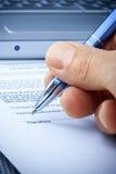 подпись руки документа подряда компьютера Стоковая Фотография RF