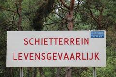 Подпишите вдоль снимая зоны голландской армии которая жизн-опасна стоковые изображения rf
