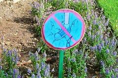 Подпишите внутри парк Ramat Hanadiv, мемориальные сады барона Edmond de Rothschild Стоковые Изображения RF