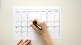 Подпишите день в календаре с ручкой, нарисуйте тикание