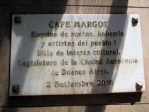 Подпишите на двери старого и известного района Буэноса-Айрес Аргентины танго Café Margot Avenida Boedo стоковое фото