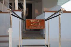 Подпишите на роскошной яхте - никаком восхождении на борт Стоковые Изображения RF