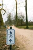Подпишите показывать направление пути в парке стоковая фотография