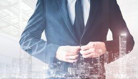 Подрезанная двойная экспозиция костюма кнопок человека с предпосылкой города, концепцией дела недвижимости стоковое изображение rf