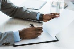 подрезанная съемка Афро-американского бизнесмена Стоковые Фотографии RF