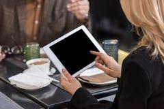 подрезанная съемка коммерсантки используя таблетку во время деловой встречи с коллегой Стоковая Фотография