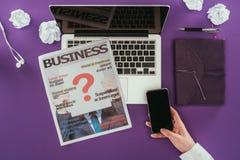 Подрезанная съемка коммерсантки используя smartphone на рабочем месте Стоковые Фото