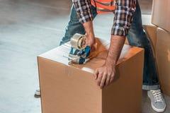 подрезанная съемка коробки упаковки работника склада Стоковая Фотография RF