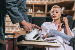 подрезанная съемка кофе супруга лить к женщине стоковое фото