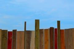 Подрезанная съемка красочной загородки над предпосылкой голубого неба стоковая фотография