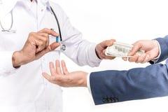 подрезанная съемка лекарства бизнесмена покупая от доктора стоковое изображение