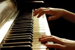 Подрезанная съемка маленькой девочки играя рояль стоковое фото rf