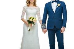Подрезанная съемка прикованных wedding пар держа руки Стоковая Фотография