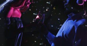 Подрезанная съемка счастливых друзей в шляпах satnta с каннелюрами шампанского на партии Нового Года Стоковое Изображение