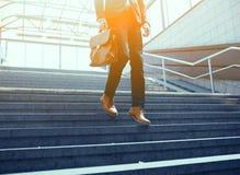 Подрезанное изображение бизнесмена идя вниз с лестниц Стоковые Фотографии RF