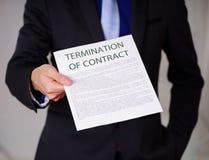 Подрезанное изображение бизнесмена нося костюм и держа лист бумаги получая от босса, с прекращением  Стоковое фото RF