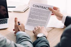 подрезанное изображение бизнесмена показывая контракт к коллеге Стоковая Фотография