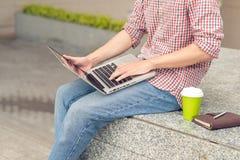Подрезанное изображение бизнесмена работая вне офисного здания Стоковые Изображения RF