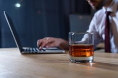подрезанное изображение бизнесмена работая на компьтер-книжке с стеклом вискиа Стоковые Изображения RF