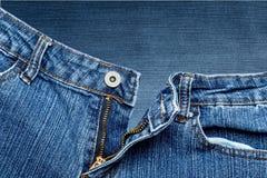 Подрезанное изображение голубых джинсов моды Стоковое Изображение RF