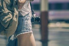 Подрезанное изображение голубых джинсов путешественника молодой женщины вкратце Стоковая Фотография RF