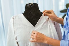 подрезанное изображение дизайнерского кладя штыря в ткань Стоковые Изображения RF