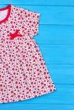Подрезанное изображение естественного платья младенца Стоковые Фотографии RF