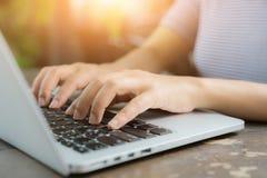 Подрезанное изображение профессиональной коммерсантки работая на ее офисе через компьтер-книжку, молодой женский менеджер использ стоковое изображение rf