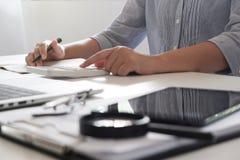 Подрезанное изображение профессиональной коммерсантки работая на ее офисе через менеджер ноутбука молодой женский используя прибо стоковое фото rf