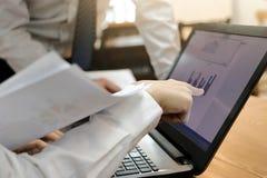 Подрезанное изображение трудолюбивых бизнесменов работая совместно на портативном компьютере на офисе Концепция сыгранности brain стоковое изображение rf