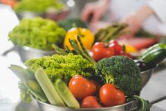 подрезанное изображение шеф-повара варя на кухне ресторана с зрелыми овощами стоковое фото rf