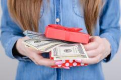 Подрезанное фото крупного плана удачное удивленного удачливого изумило крутую даму дня находя куча стога денег в маленькой коробк стоковое фото rf