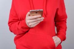 Подрезанное фото крупного плана человека держа формируя комментарий столбов в предпосылке пользы интернета клетчатой серой стоковые фотографии rf
