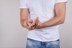Подрезанный близко вверх по портрету фото несчастной унылой осадки усилил неудовлетворённого парня держа ладонь в руке изолирован стоковое фото