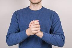 Подрезанный близко вверх по портрету фото счастливого уверенного парня сливать ладони рук совместно изолировал серую предпосылку стоковое изображение rf