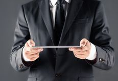 Подрезанный взгляд бизнесмена используя цифровую таблетку Стоковое Изображение