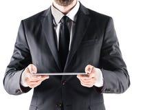 Подрезанный взгляд бизнесмена используя цифровую таблетку Стоковые Фотографии RF