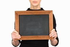 Подрезанный взгляд женщины держа пустую доску Стоковые Изображения