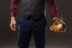 подрезанный горячий бизнесмена при перчатка бейсбола держа шарик стоковое фото rf