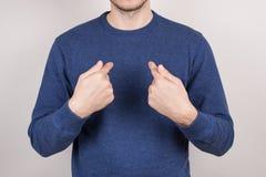 Подрезанный крупным планом портрет фото изображения удовлетворенного уверенного парня указывая на себя собственная личность нося  стоковая фотография rf