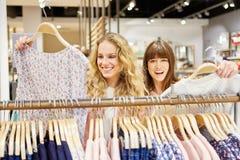 2 подростка наслаждаются ходить по магазинам Стоковая Фотография RF