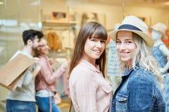2 подростка наслаждаются ходить по магазинам Стоковое фото RF