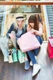 2 подростка счастливы о приобретениях покупок Стоковые Изображения